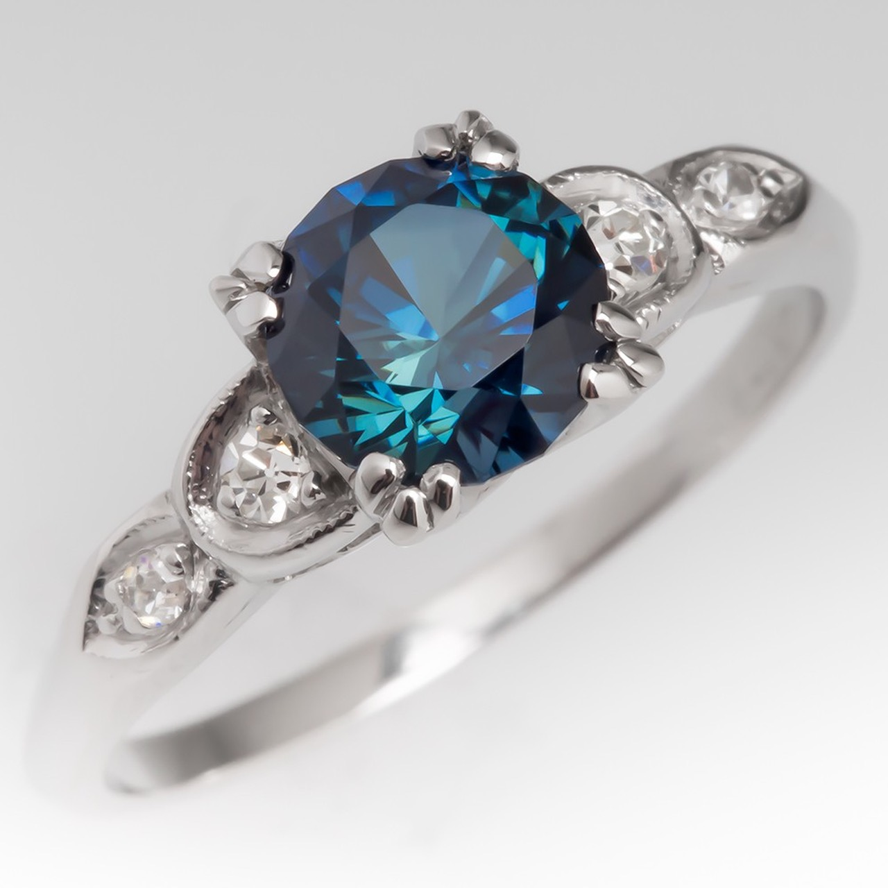 Amazing ring with sapphire and diamonds