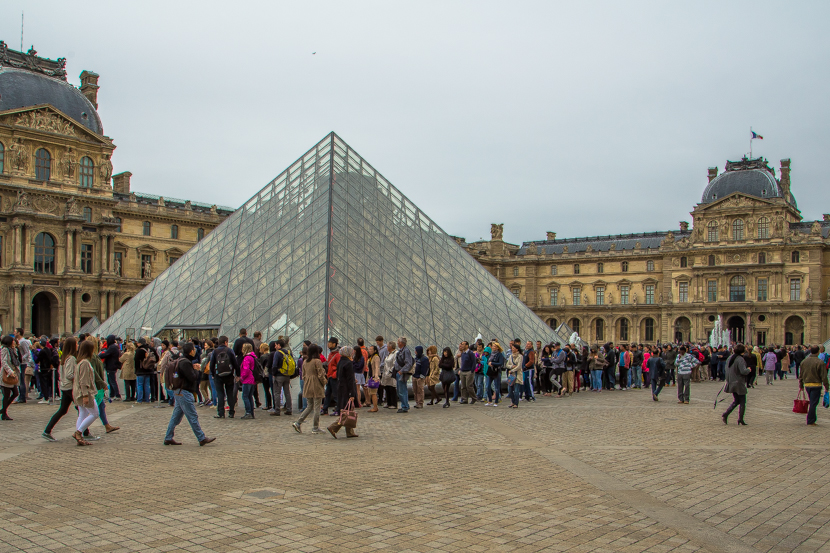 Huge lines to Louvre to see Monna Lisa